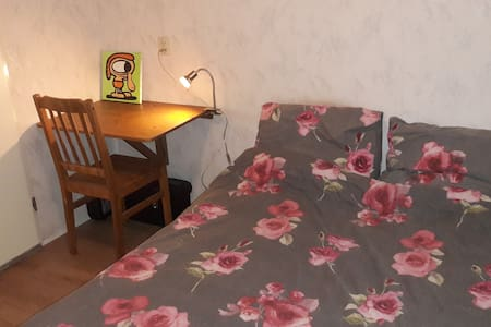 Pretty basic room, very close to the Stadspark.