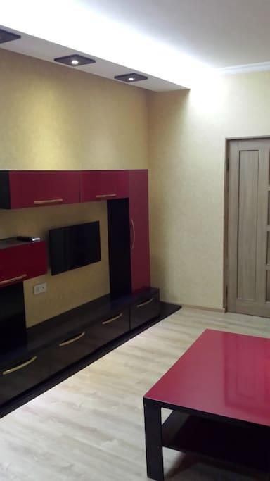 Телевизор в зале и дверь в спальню