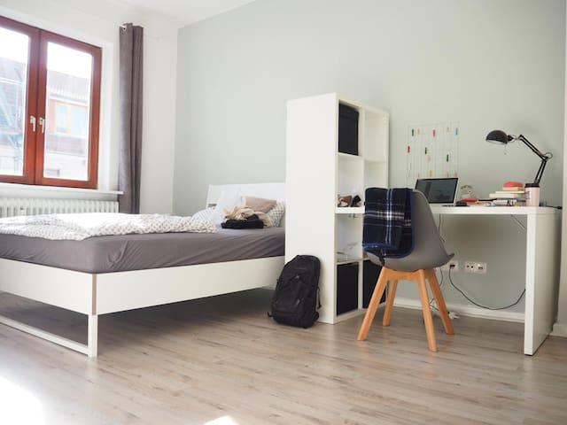 Stadtnahe, möbilierte Zweizimmer-Wohnung