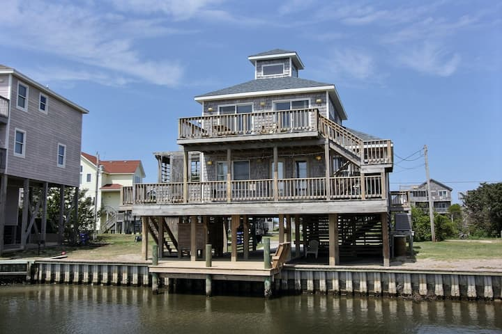 Waterfront dog-friendly 3 bedroom house w/ shared pool, WiFi, AC, private W/D