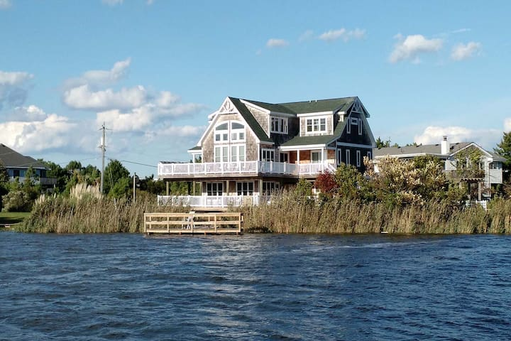 Baybreeze: Baybreeze Magnificent scenery surrounds this 10 bedroom,dog friendly bay home