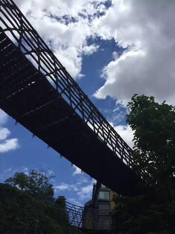 白云下的吊桥
