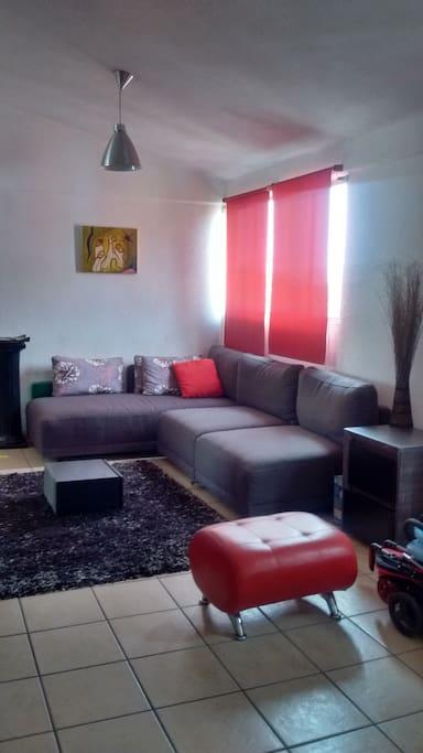 La sala se comparte y tiene una TV