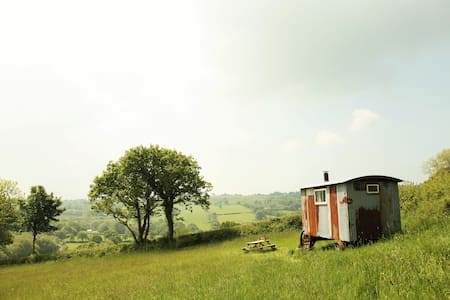 Gwdy Hw. Step back in time in our shepherds huts - Llwyn-y-groes