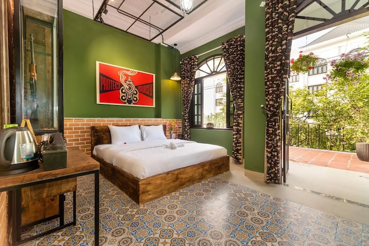 Unique War themed room w balcony - ONLY ONE in VN
