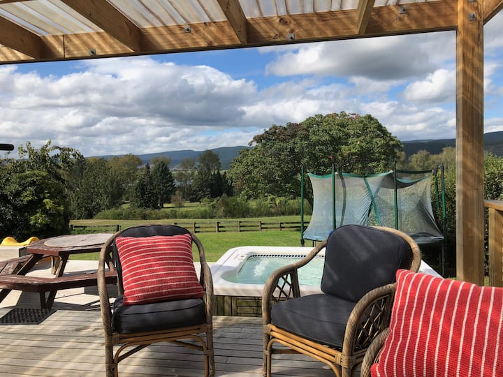 Lake Holiday Home - spa pool & lovely views