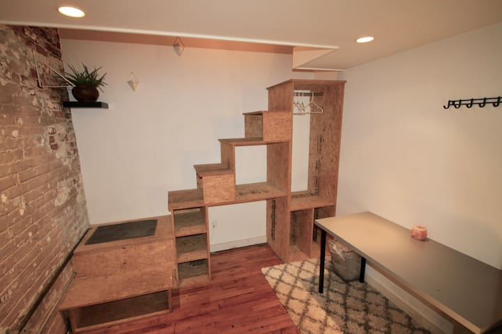 Downstairs area of bedroom-photo 1