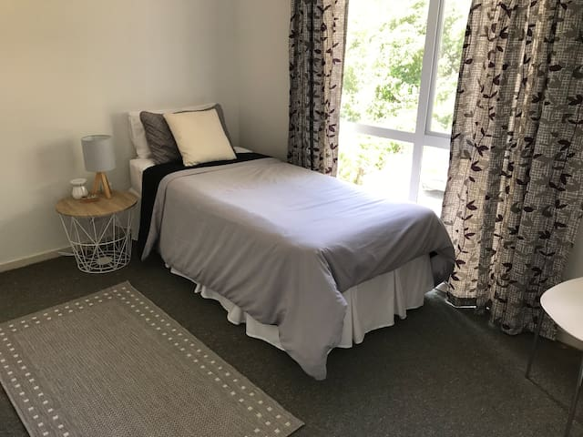 Large single room in a quiet and convenient street