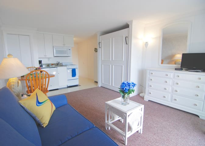 P'town studio near the beach with pools & hot tub