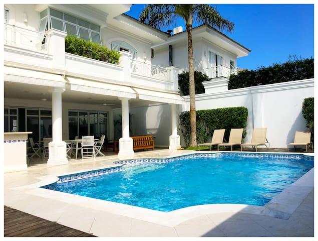 Praia da Baleia: casa alto padrão em condominio