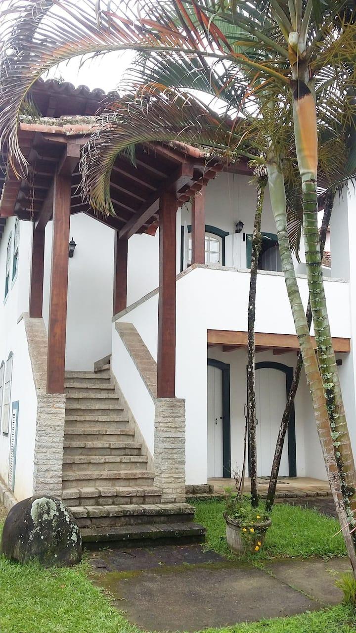 Charmoso apartamento condominio colonial