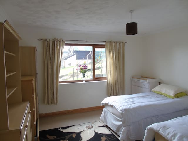 Large twin room baby /toddler friendly - Pontyberem - Bungalov