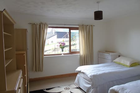 Large twin room baby /toddler friendly - Pontyberem