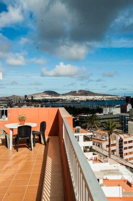 La terraza rodea toda la casa, ofreciendo vistas de 360º sobre la ciudad y el mar.