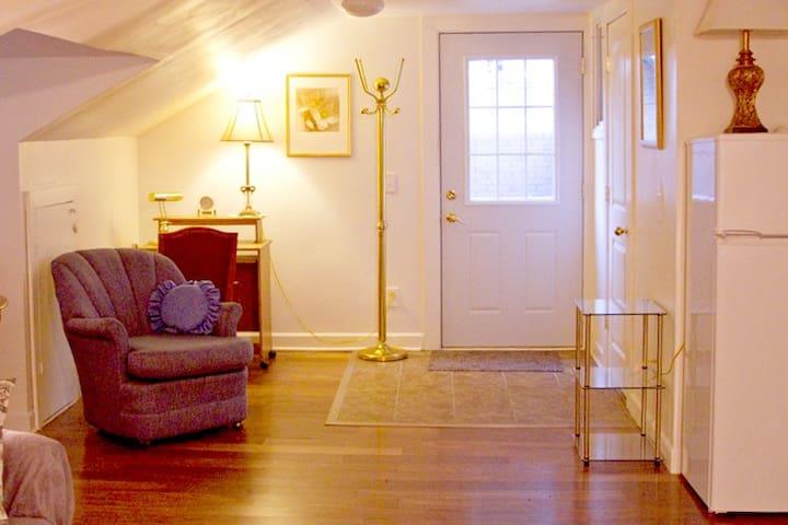 Cozy studio apartment-Private Entrance - Des Moines - Apartamento