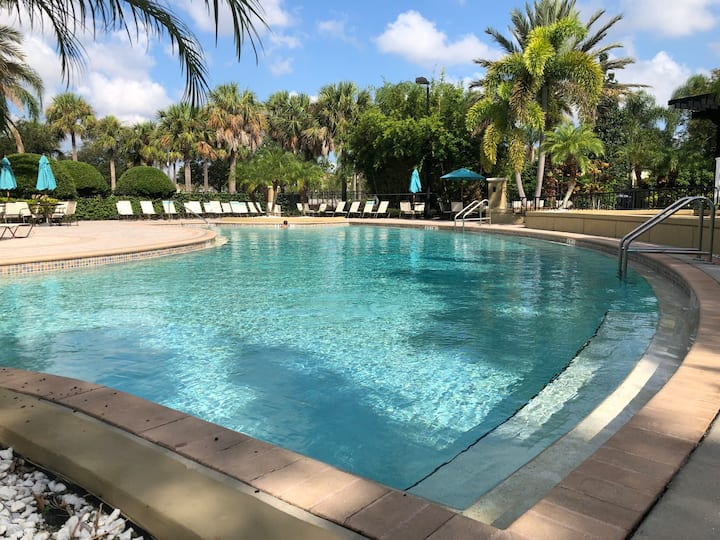 301 - Super Clean & Beautiful. Pools, Gym, Lake