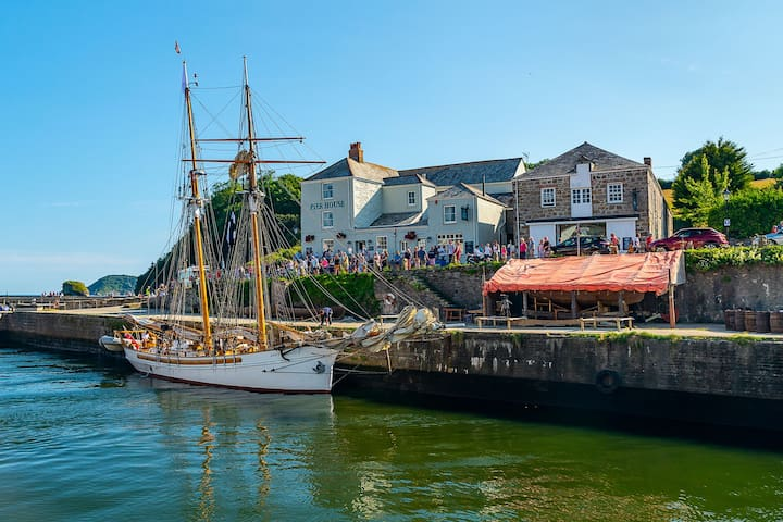 Stunning Boat 'Anny' in Poldark's Charlestown