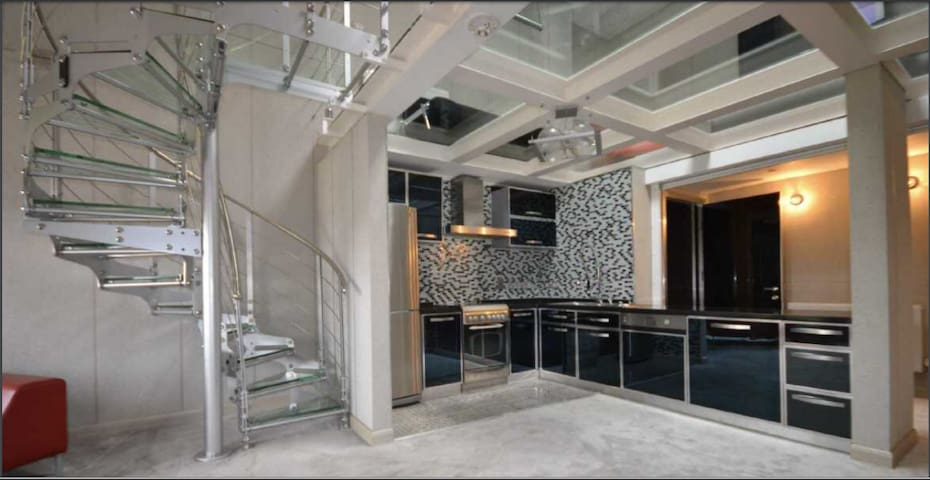1450 Sqft Penthouse - Dble Height Ceiling Sleeps 8