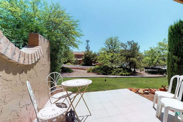 Dog-friendly Sedona town home, walking distance to shops & surrounded by beauty!