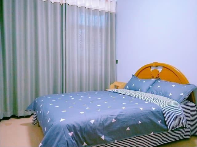 双人床可容两人休息,有根雕衣帽架