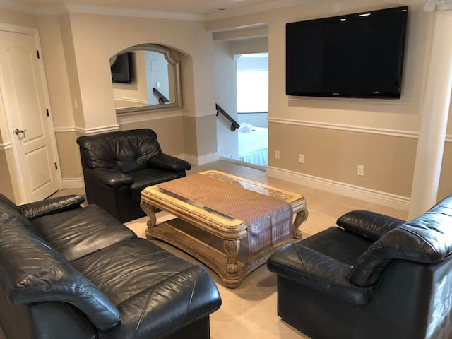 Private/modern basement apartment 5 min from frway