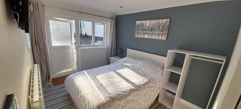 Freistehendes Doppelschlafzimmer mit eigenem Bad