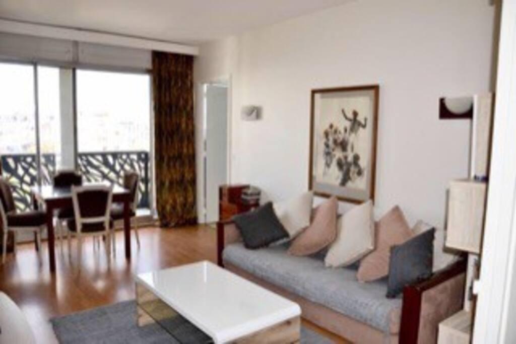 Salon avec balcon et vue panoramique sur Paris