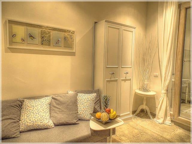La zona relax trasformabile in un confortevole letto per due persone. The relaxation area converts into a comfortable bed for two people.