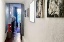 Couloir séparant la chambre du salon