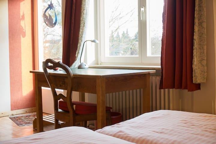 Das Balkonzimmer - Blick nach Osten. Morgensonne satt, Schreibtisch oder Esstisch und Balkontür.