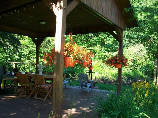 Le gazébo, BBQ, la table conviviale, feu extérieur avec le son enchanteur de la rivière!