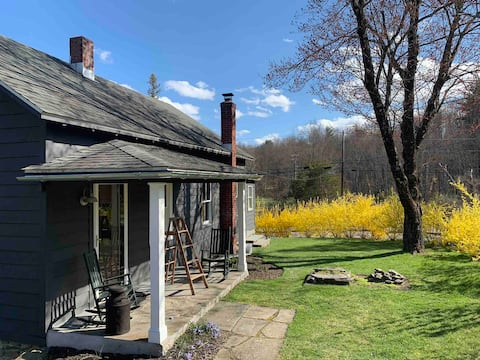Folk Cottage with Carriage House near Rhinebeck
