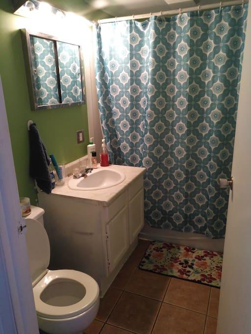 Petite salle de bain commune, serviettes propres chaque jours.