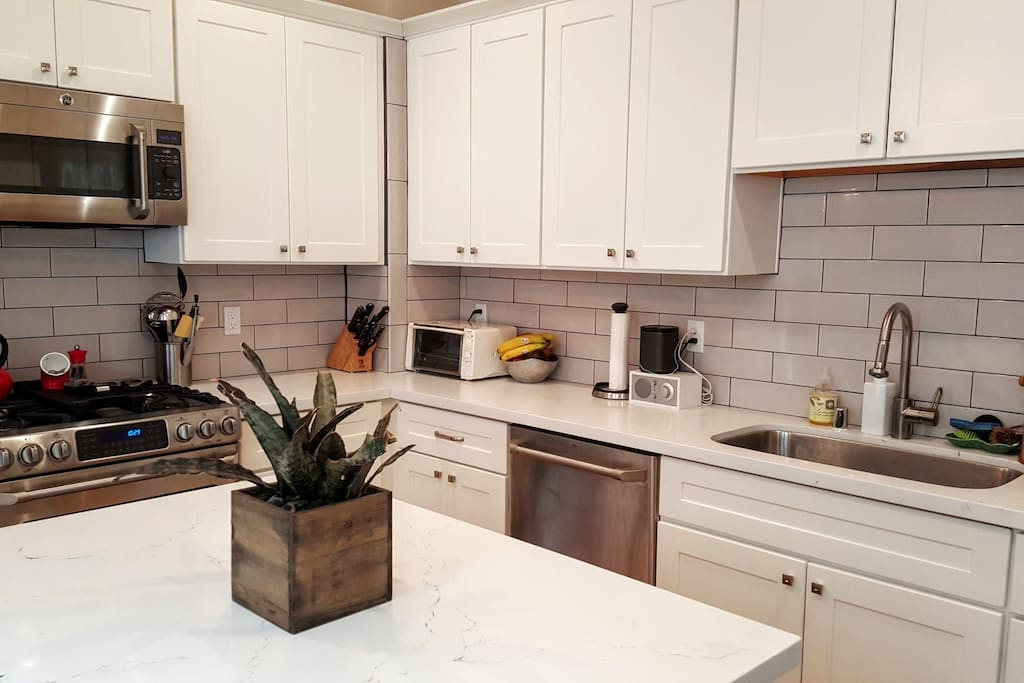 Brand new, fully-stocked kitchen with high-end appliances and esp