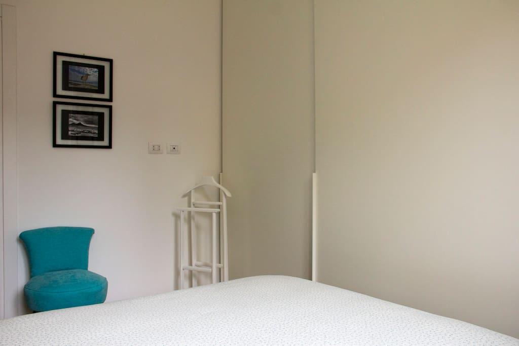 armadio e piccola poltrocina nella camera da letto