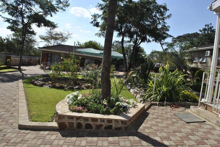 Palm Leaf Gardens > ROOM 11 (eleven)