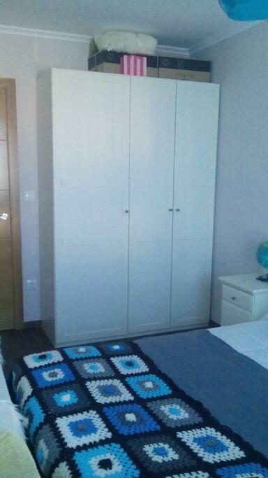 El armario de la habitación tiene tres puertas y dos colgadores