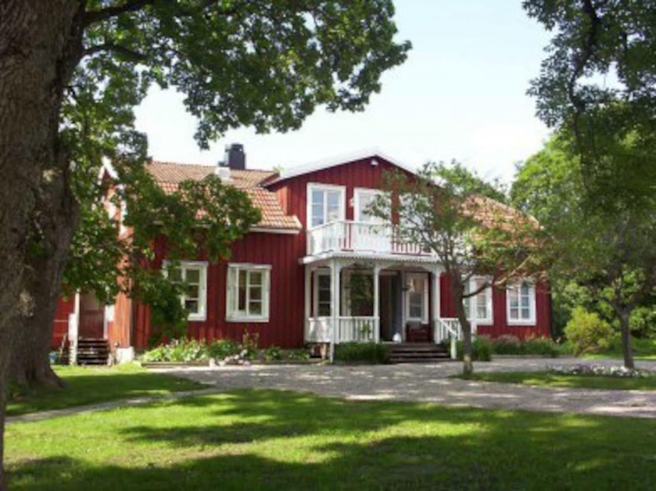 Välkommen! Sörgårdens huvudbyggnad är byggd år 1850!