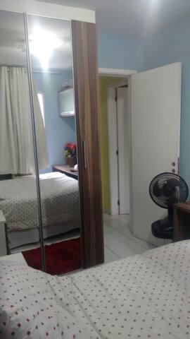 Quarto casal com cama,armários com  bancada grande,básculas!