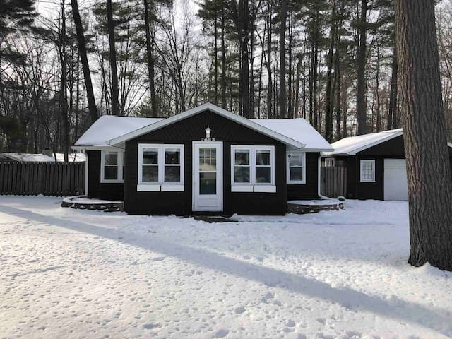 Sunny Cabin by Sanford Lake with private yard.