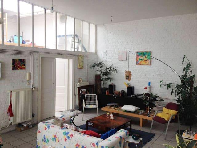 Grande chambre de 40m2 dans loft Saint Gillois - Sint-Gillis - Byt