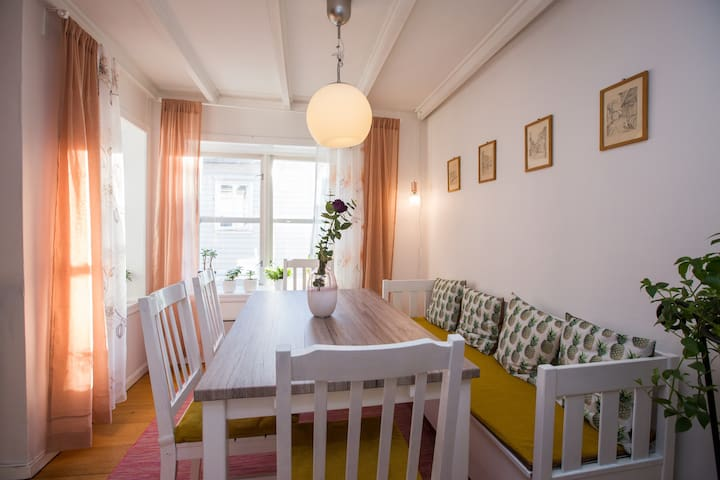 Super location 2 min from train station!