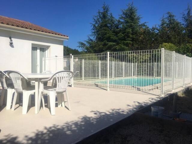 Chambre privée. Maison avec jardin et piscine !