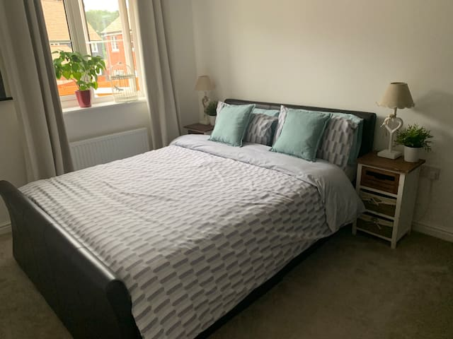 Modern Double room 10minutes from Gatwick Airport