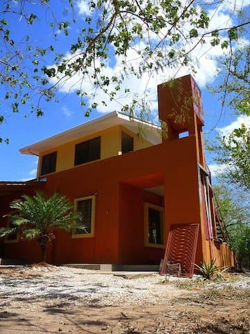 Casa de playa ,Surf Guanacaste de 6 a 9 personas. - Tamarindo - Gjestehus