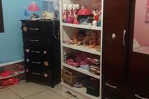 quarto de crianca  com brinquedos .