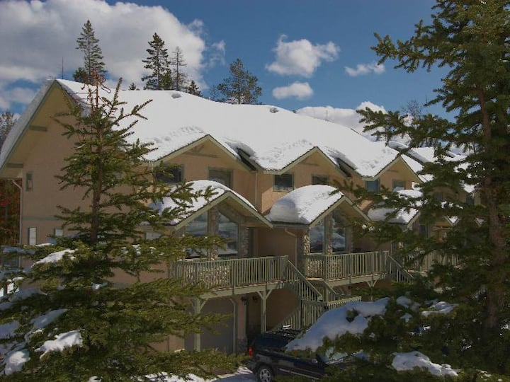 Ski in/ski out 3 level townhouse with private hot tub, BBQ, kitchen, wifi and mountain views: C15 - Thunder Ridge #15