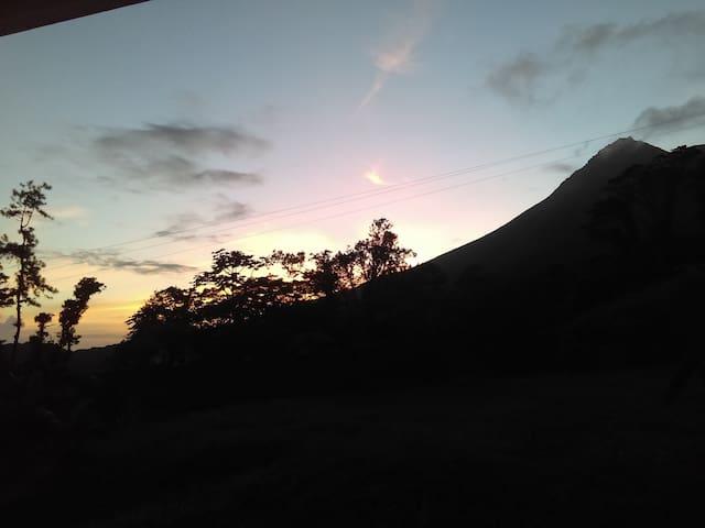 coucher de soleil sur la montagne pelée