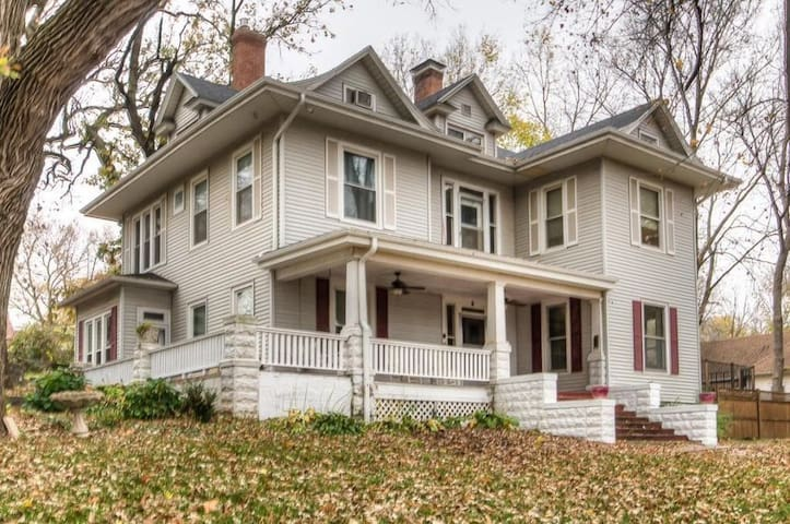 Lrg 2 Story Charmer only 25 minutes from Omaha, NE - Glenwood - House
