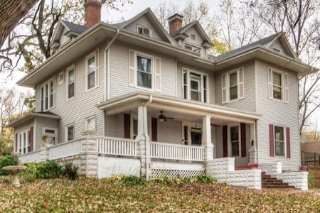 Lrg 2 Story Charmer only 25 minutes from Omaha, NE - Glenwood - Σπίτι